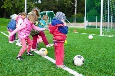 Дети играют в мяч