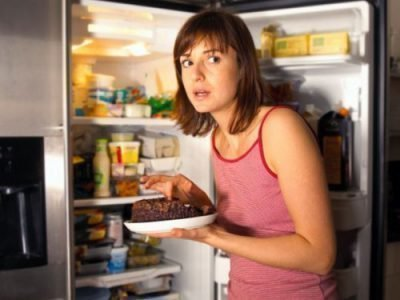 девушка ест ночью