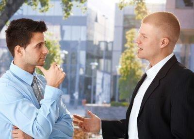 два парня общаются