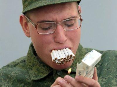 курящий солдат