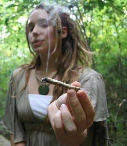 девушка с марихуанной