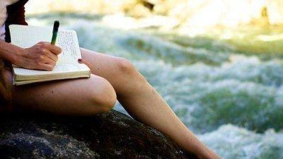 девушка пишет дневник