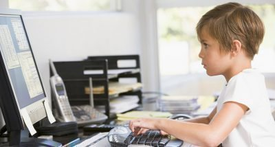 ребенок у компьютера