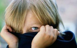 Как родители могут помочь застенчивому ребенку